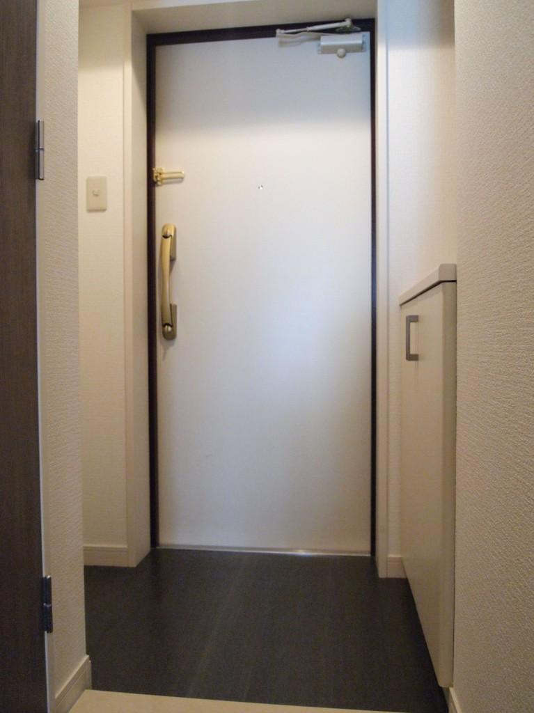 玄関扉の部屋の中の色は白。部屋の雰囲気に合っています。