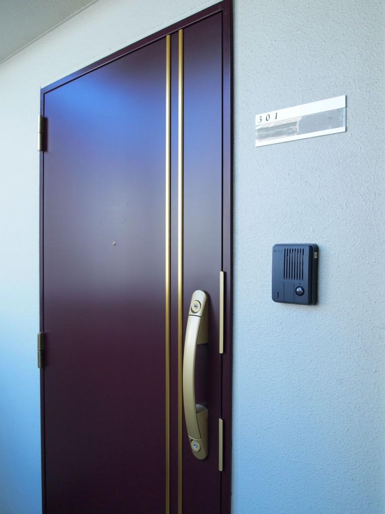 シックなお色の玄関扉は高級感があります。