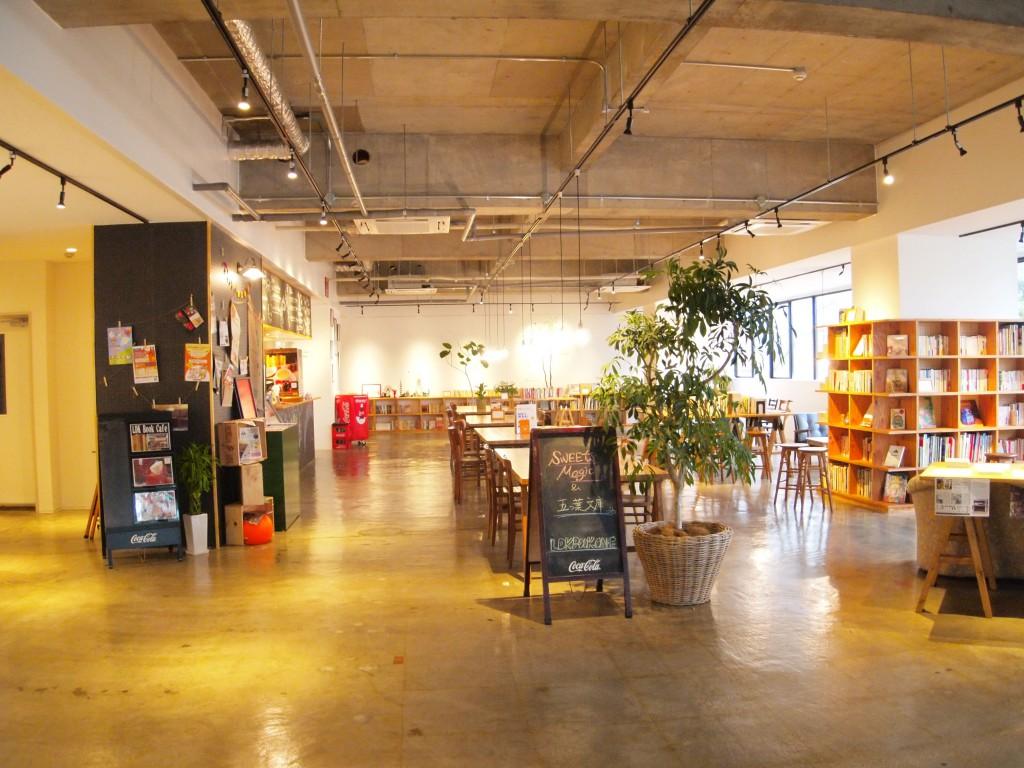 ブックカフェを中心に、健康、まなび、癒しをテーマとした様々な店舗が集まる複合施設です。