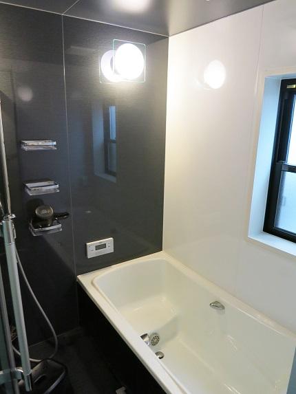 シックなお色のバスルーム。窓があるのでいつでも換気できます。