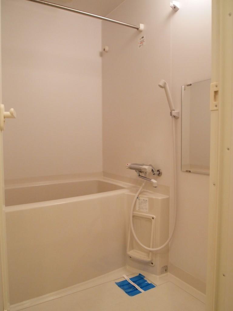 雨の日にも嬉しい、浴室乾燥機付きのバスルームです。