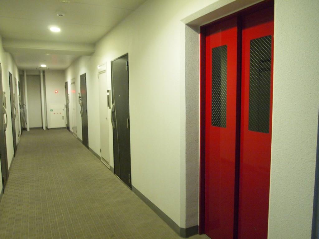 めずらしい真っ赤なエレベーターが目立ちます。