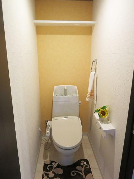 床のタイルもお洒落なかわいいトイレ。