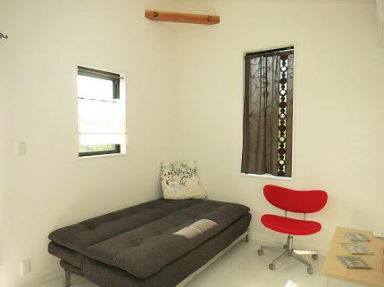 2階の個室です。おしゃれなベットや机・椅子などが完備されています。
