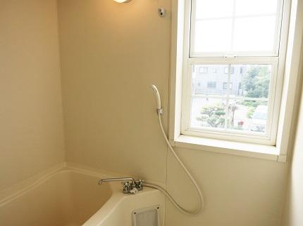 窓のあるバスルームはいつでも換気できます。