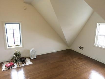 ロフトなのに天井が高く、窓からの光でとても明るいです。