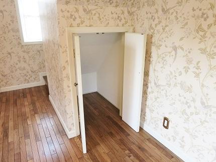 階段下には収納も完備されています。