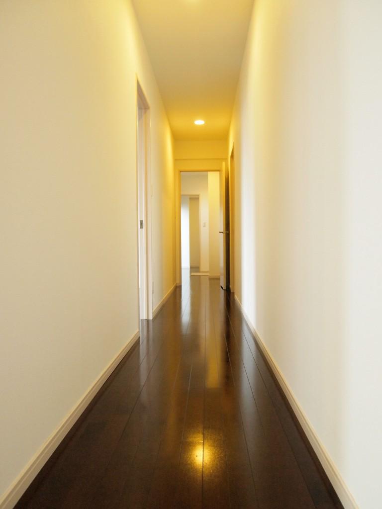 ボウリングができそうな長い廊下