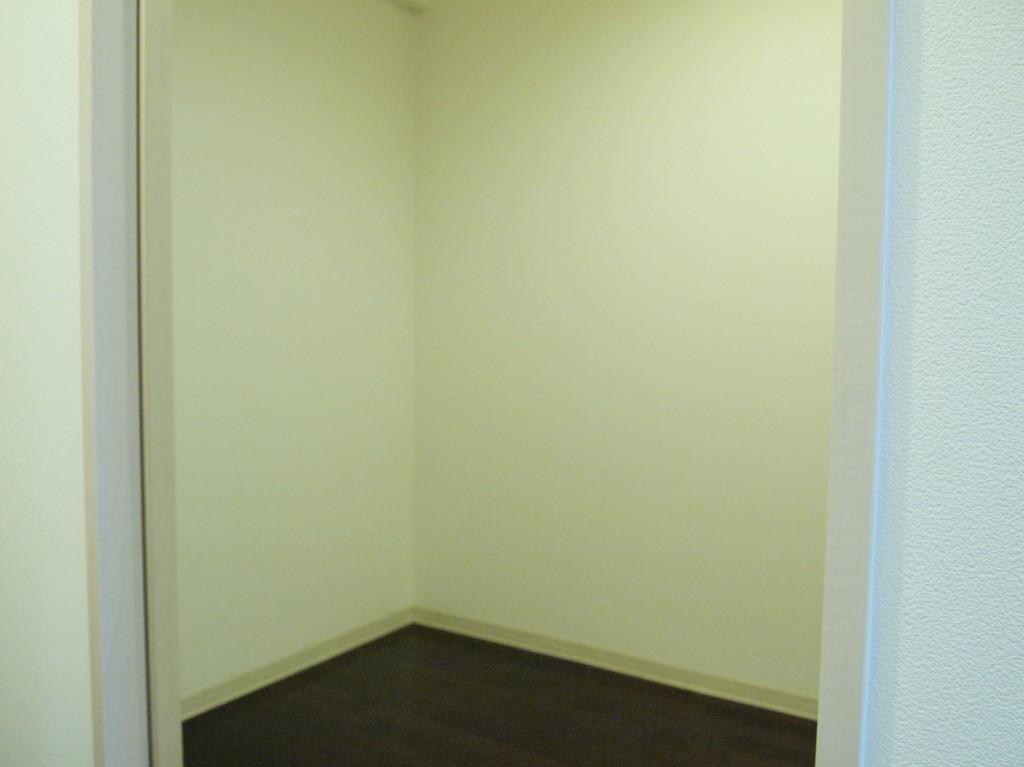 玄関とLDKとの間に、3.4帖の納戸があります。