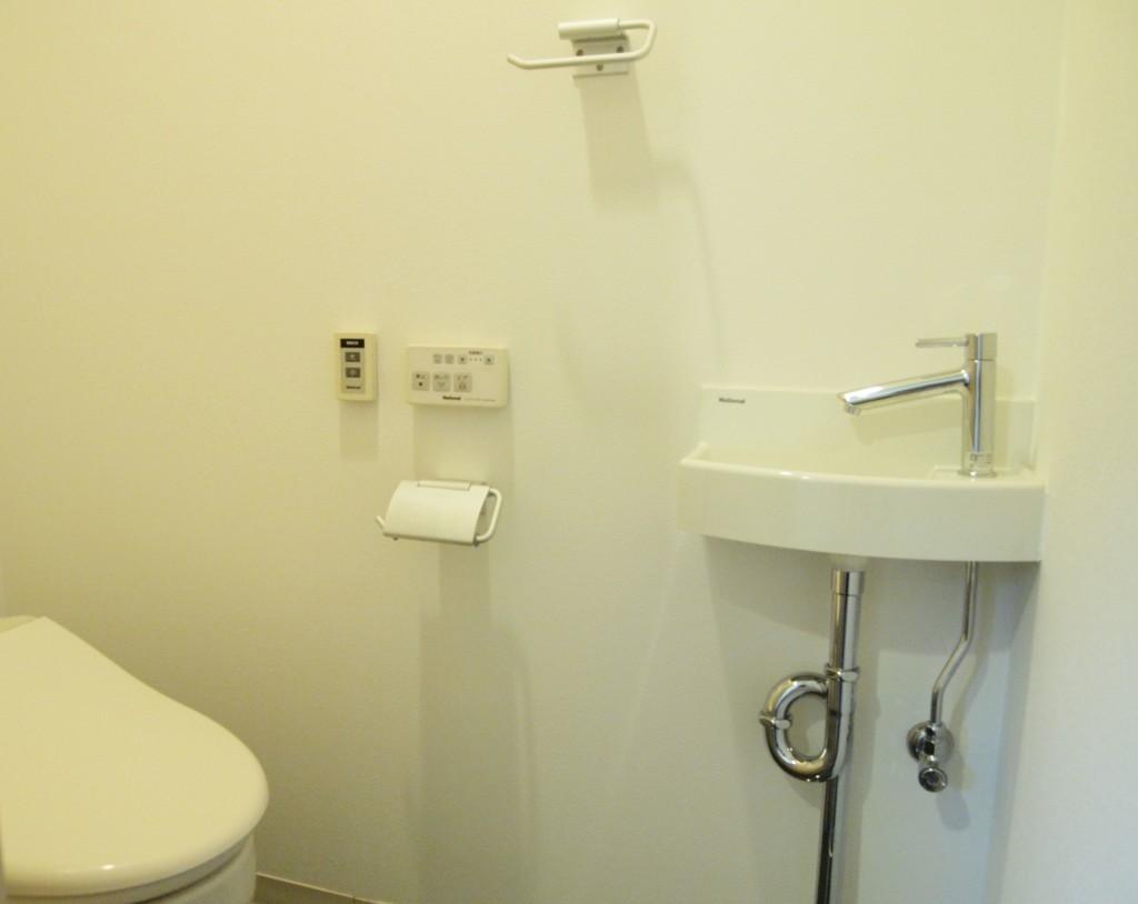 トイレには手洗いの洗面がついています。