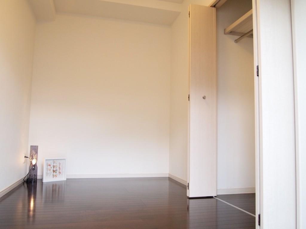 玄関入って右手の個室。クローゼットもあります。