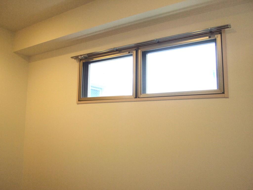 玄関の高窓が、暗くなりがちな玄関を明るくしてくれます。