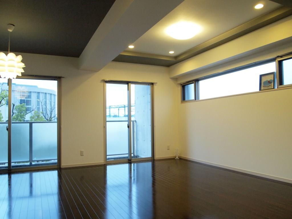 ベランダへの窓とは別に高窓もあり部屋全体を明るくしてくれますLDK