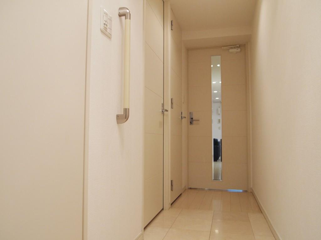 明るい色の廊下なので、ドアや壁の色とよく合っています。