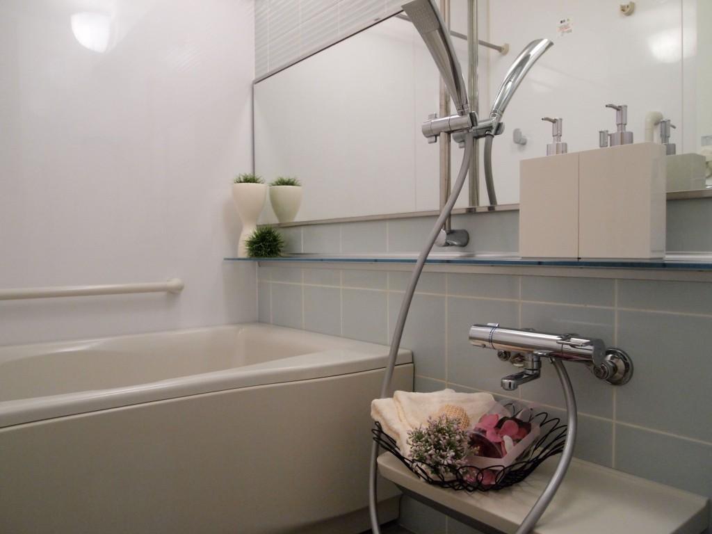 小物を置くカウンターがついた、広いバスルーム。