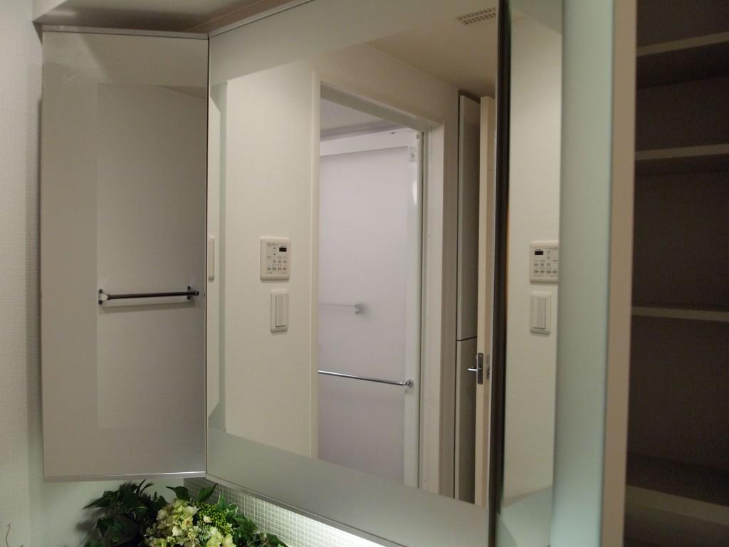 洗面台の、三面鏡の裏には収納スペースがついています。