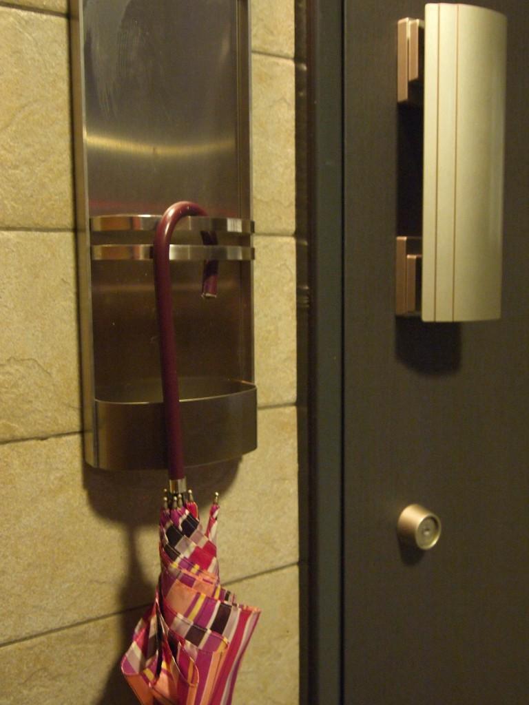 玄関ドアの傘立て