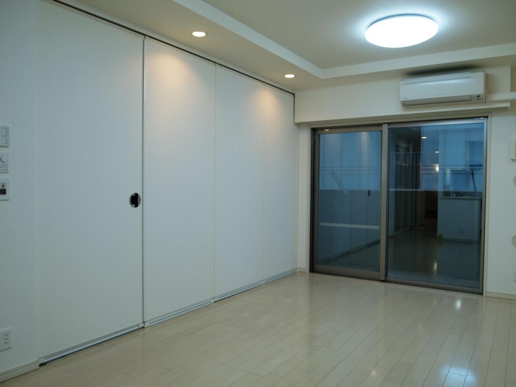 701号室のLDK。可動間仕切りを閉めた状態です。