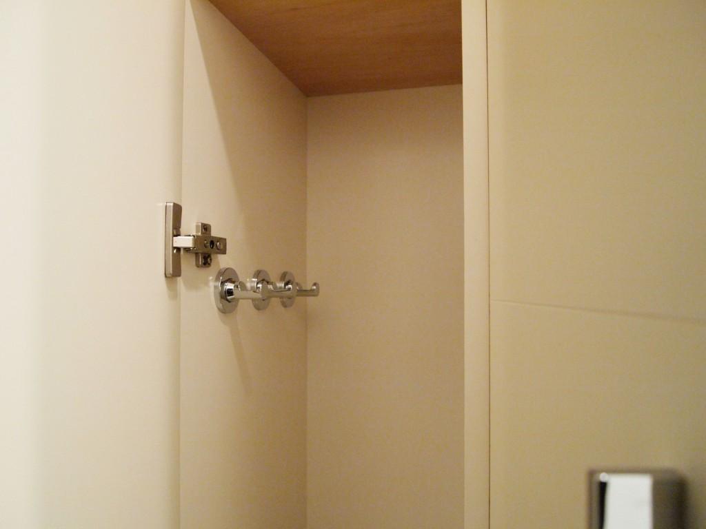 302号室の玄関クローク。フックがついているので使い勝手よさそう。