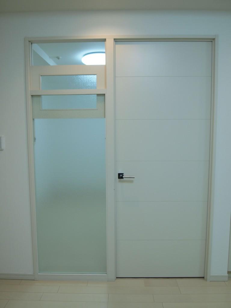 ドアの横についている窓がめずらしい、302号室の個室のドア。