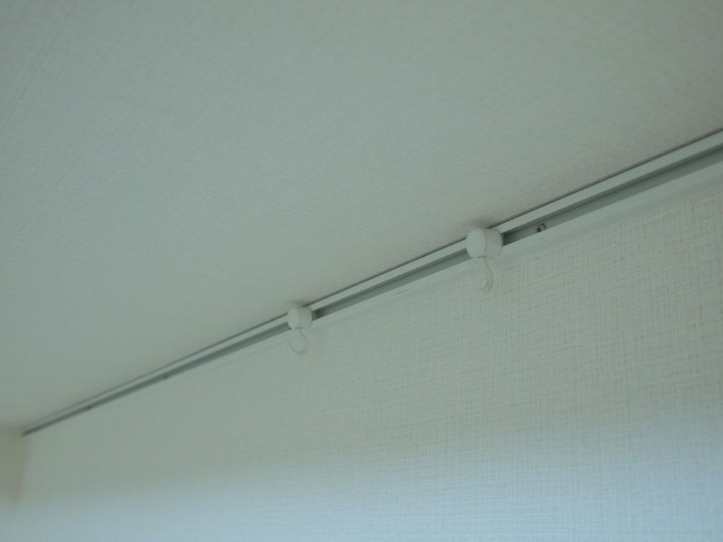 リビングの壁にはカーテンレールのようなパーツがついているので、アートパネルなどを飾れます。