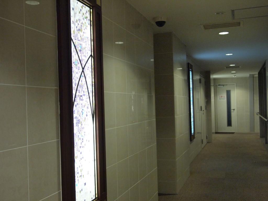 素敵なステンドグラスの並ぶ廊下。
