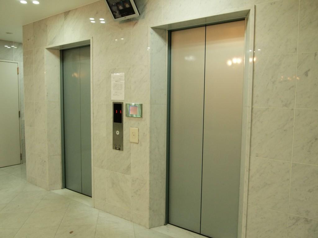 最先端システムのハイテクエレベーター