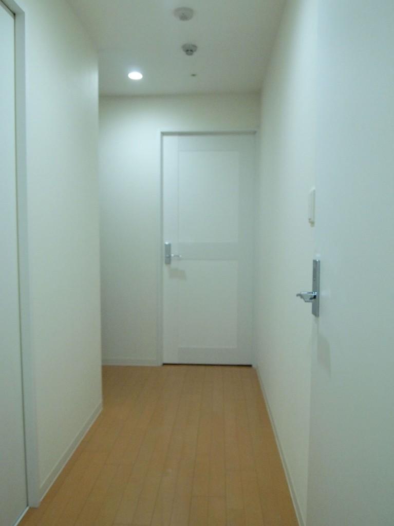 廊下の右手には洗面と浴室、左手にはトイレがあります。