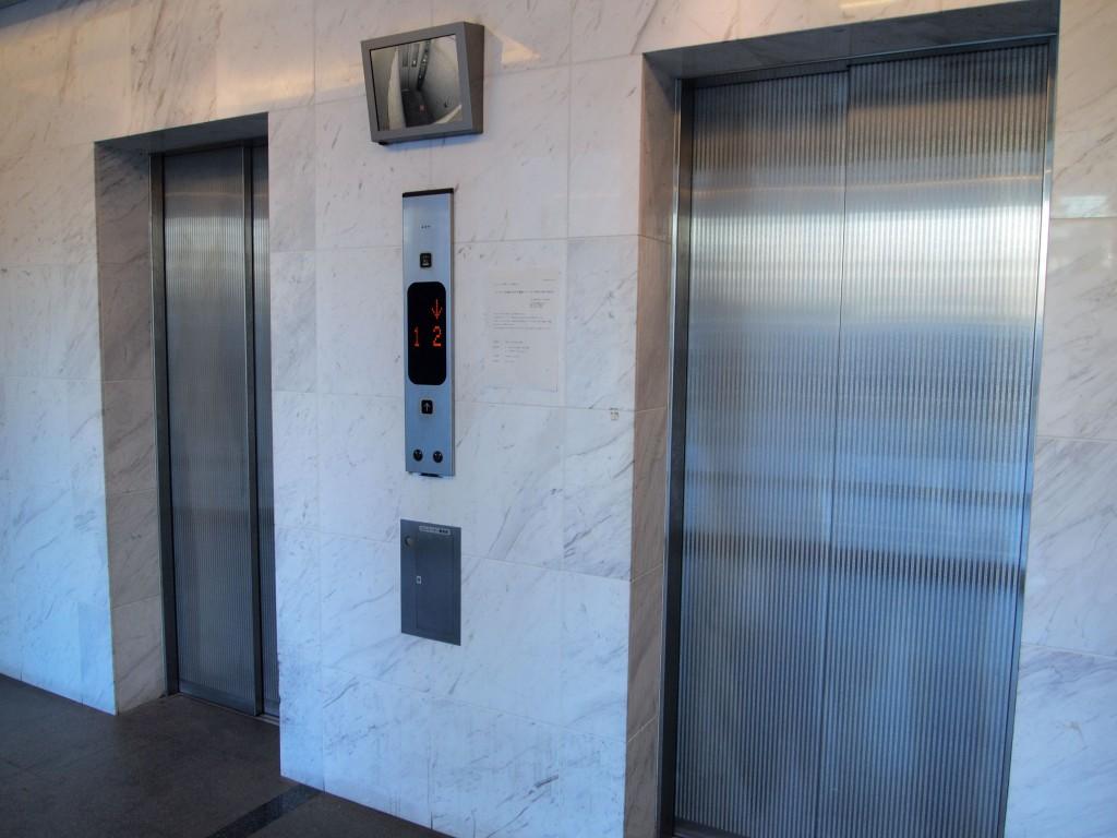 エレベーターは忙しい朝など嬉しい二基です
