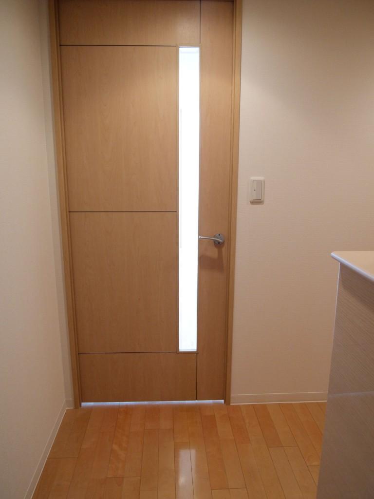 ナチュラルな木目調の床と扉です。