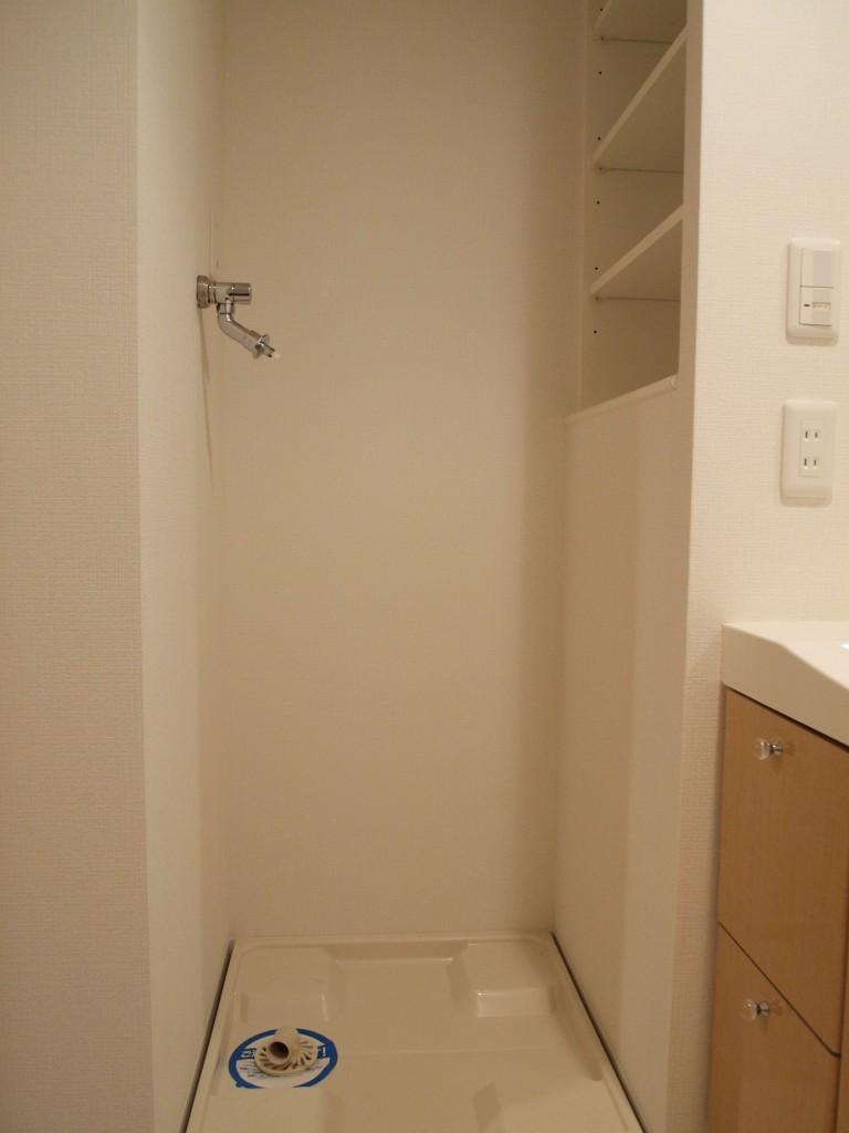 横に収納棚がついた、使い勝手よさそうな洗濯機置き場。