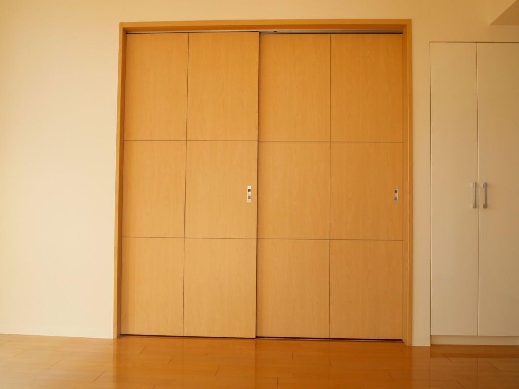 LDKに面するもう一つの引き戸を開けると、さっきより広い洋室があります。