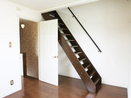 2階にある、ロフトへと続く階段です。
