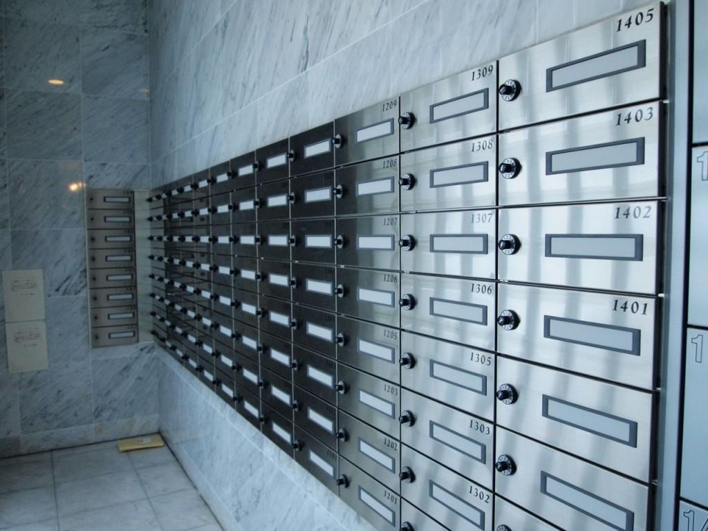 ダイヤル式の郵便受けが完備されています。