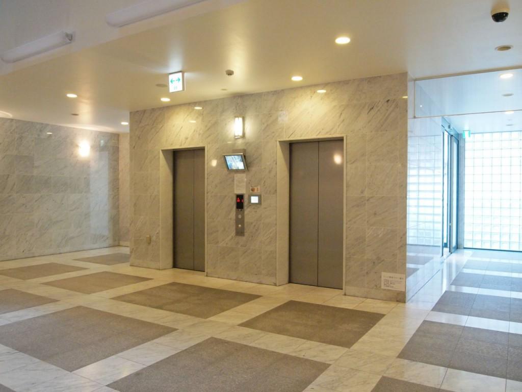 エレベーターホールも広々とした空間です。