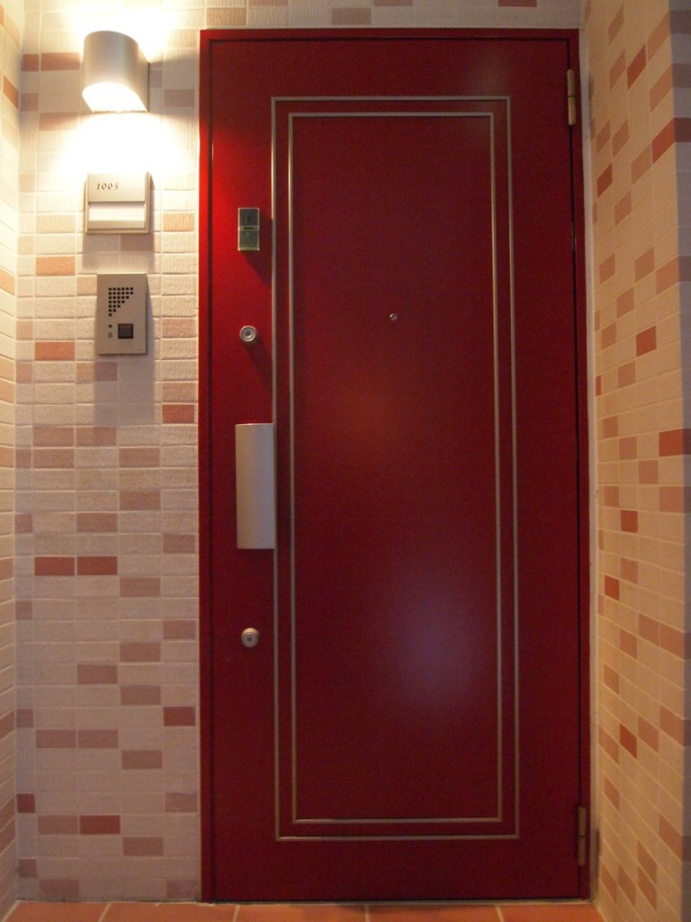 ドアの色がお部屋によって違ます。今回の1005号室は赤色です。