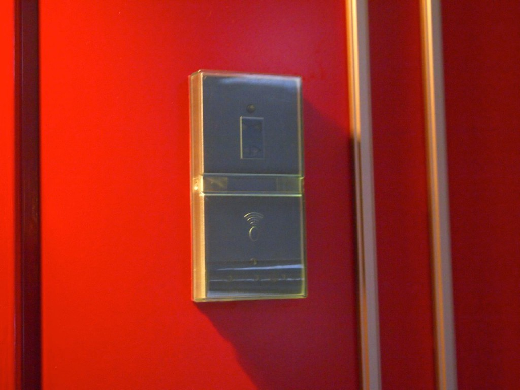 鍵ではなく、ルームキーになっています。鍵穴がないので安心です。