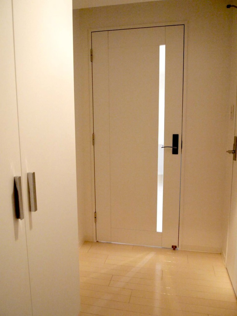 LDKから漏れる光を浴びる廊下