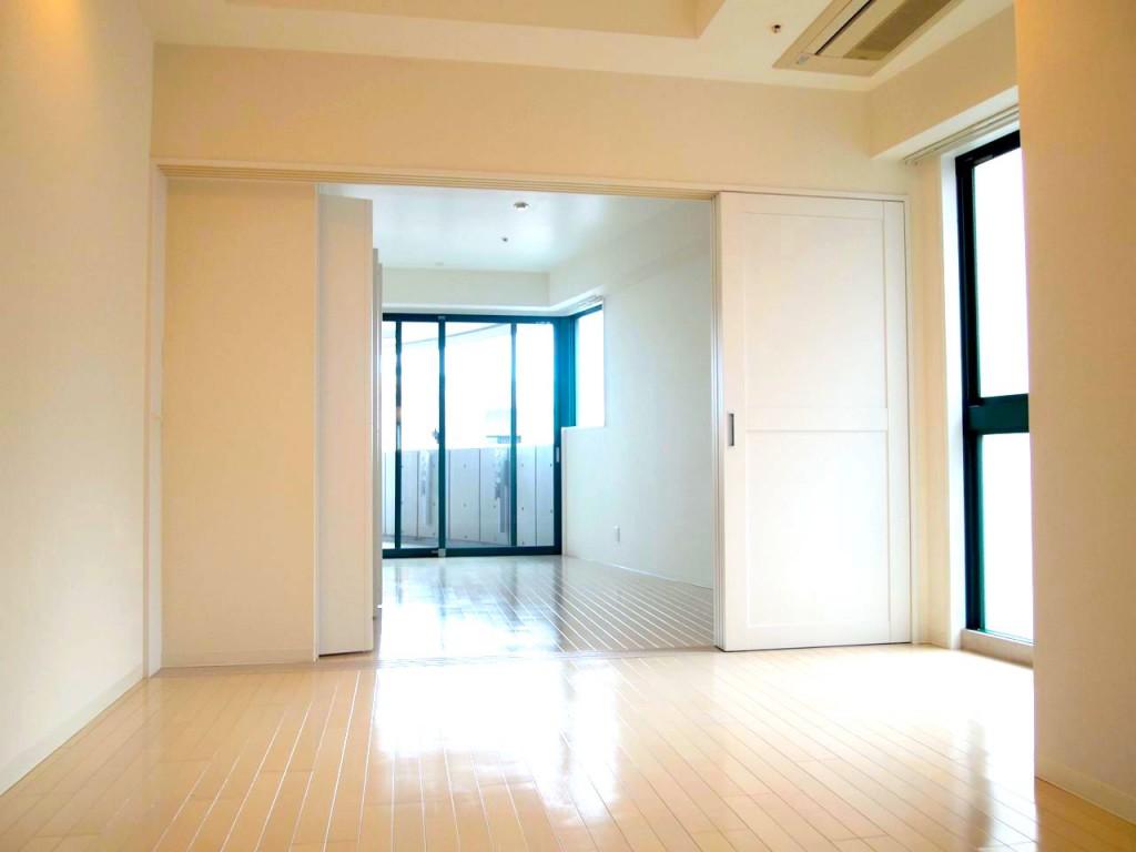 扉を開けると、とっても広い採光の確保されたLDK。