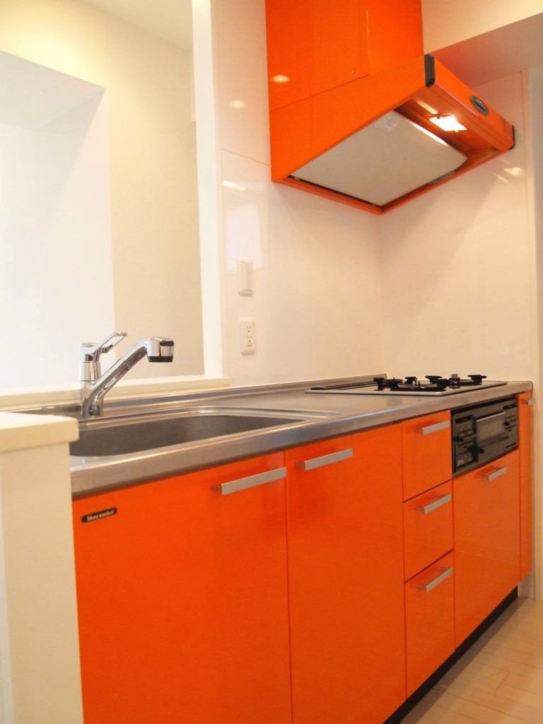 赤いパネルが印象的なかわいいキッチンです。
