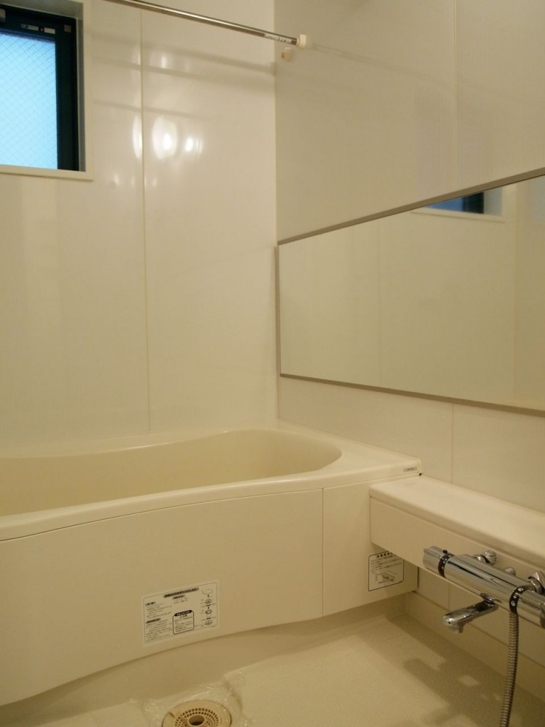 浴室乾燥機付きの窓のあるバスルーム。