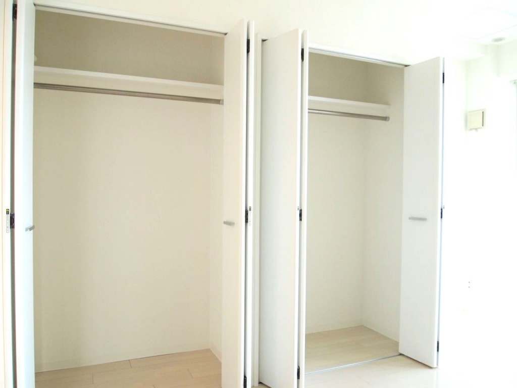 個室には収納力抜群な二つに分かれたクロークがあります。
