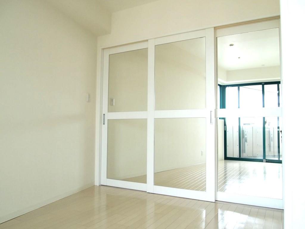 個室から見た、可動間仕切りの扉は鏡面になっています。