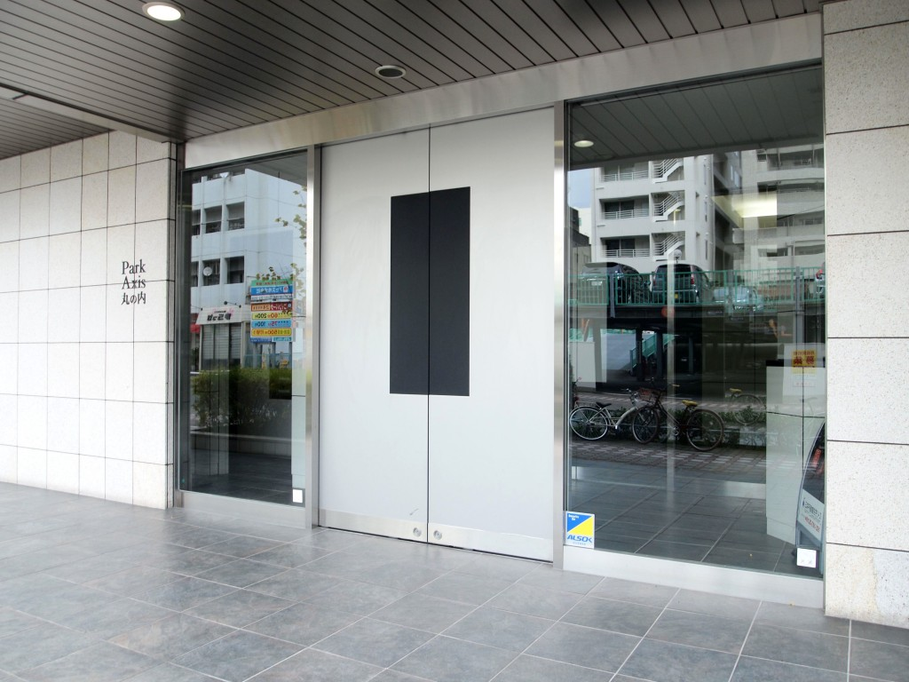 都会的でスマートな入口の扉です。