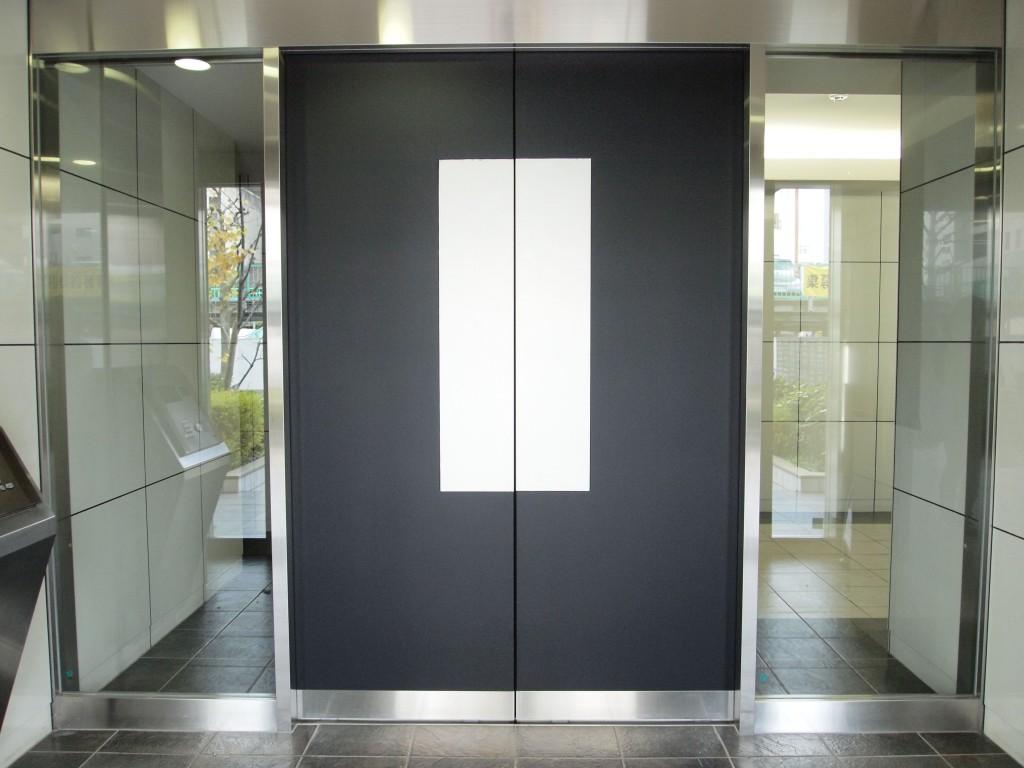 オートロックの扉は入口と反転したお色の扉。
