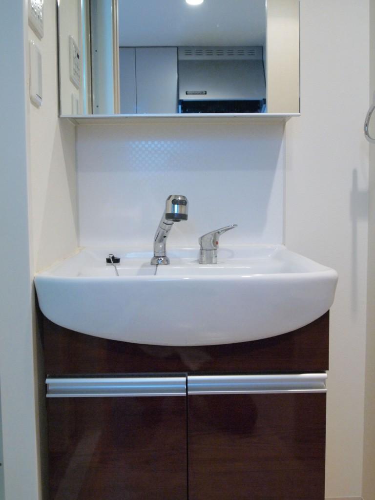 ダークブラウンの扉がおしゃれなきれいな洗面台です。