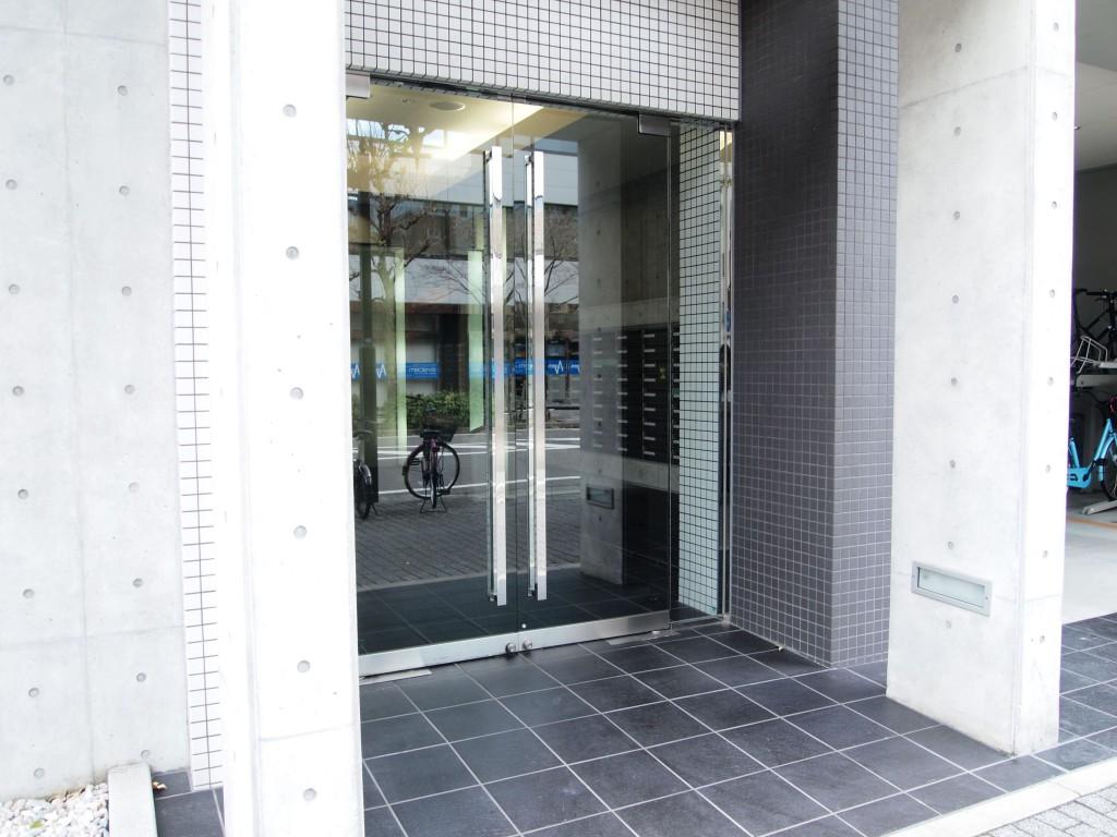 入口には大きなガラス戸があります。