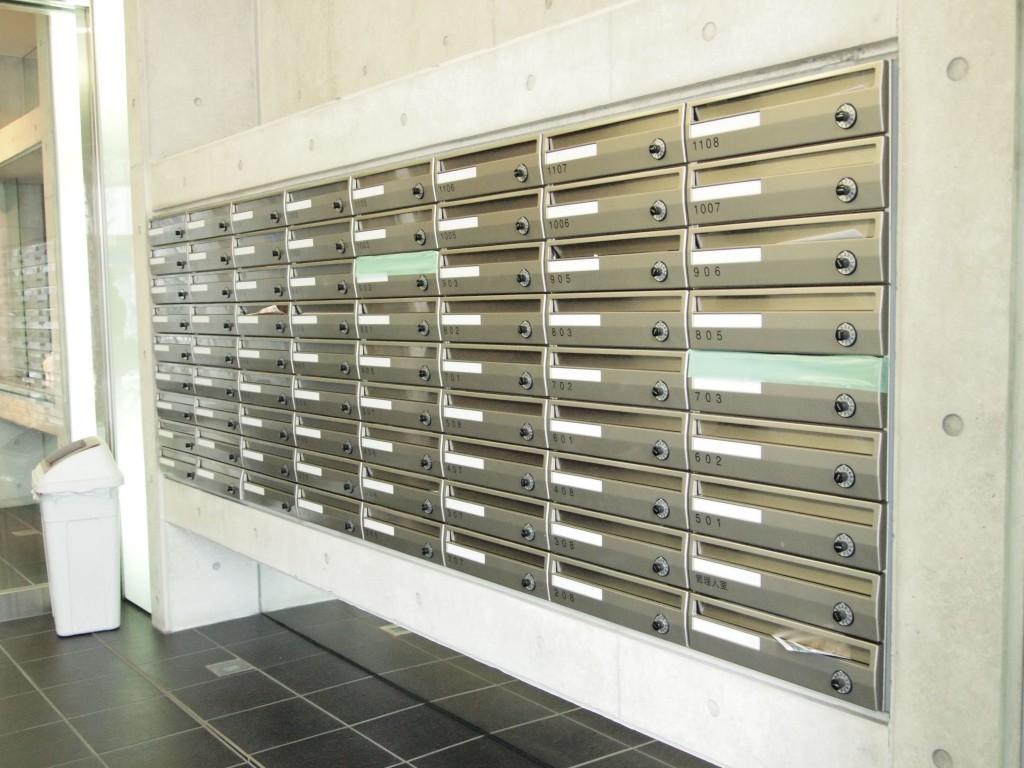 入口を入って右手に郵便受けが完備されています。