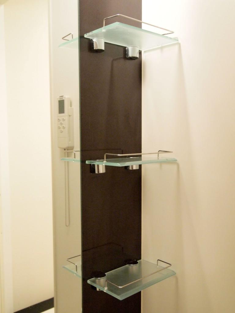 バスルームには実用的な素敵な棚もついています。