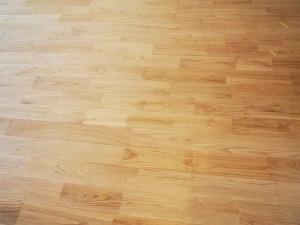 足元は、天然の木材にほとんど加工を加えない自然素材の無垢フローリングになっています。